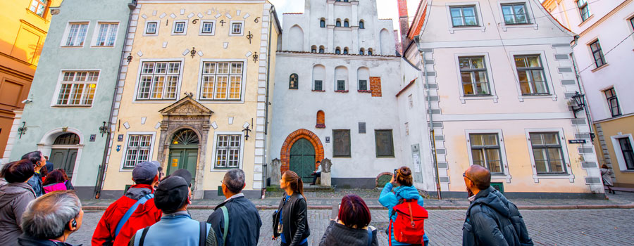 Tourists-in-Riga-900x350