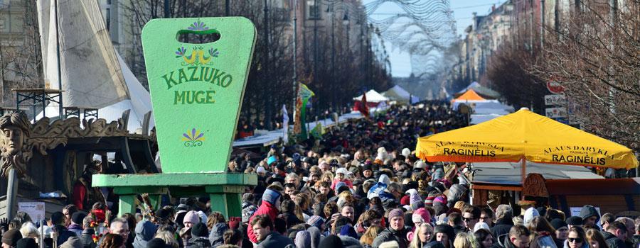 Crowd-in-Kaziukas-900x350